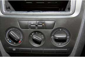 Печка включается автоматически после запуска подогревателя. Регулятор температуры нужно установить на максимум и по возможностивключить систему рециркуляции воздуха в салоне.