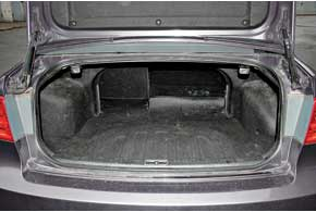По размеру багажник один из наибольших среди конкурентов – 500 л против 462 л у родственной Hyundai Sonata и 435 л уMitsubishi Galant. При необходимости объем можно увеличить, сложив спинки заднего дивана.