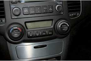 Часто приходят в негодность заслонки системы вентиляции отопления, и в салон постоянно идет  горячий воздух.