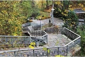 К памятнику Т.Г.Шевченко ведет лестница из339ступенек.