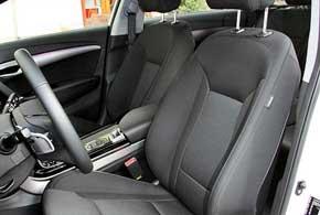 Для i40 всамом дорогом исполнении доступна вентиляция передних сидений и кожаная обивка. Вначальном – обивка тканевая, арегулировки механические.