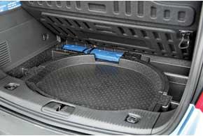 Под полом багажника расположились «докатка» с комплектом инструментов, «треугольник» и домкрат.