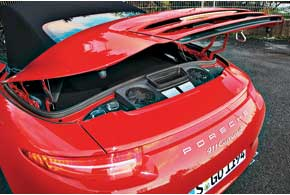 Полноприводные модели используют те же двигатели и технологии, что и заднеприводные Porsche911. Для Carrera 4 это 3,4-литровый (350л.с.) мотор, а для Carrera 4S – 3,8 л (400л. с.).