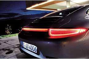 Светящаяся полоса под спойлером визуально соединяет блоки задних фонарей и делает дизайн полноприводных моделей узнаваемым.