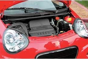 Geely LC иLC-Cross оснащены 1,3-литровым бензиновым двигателем мощностью 84л.с., работающим в паре с5-ступенчатой механической коробкой передач.