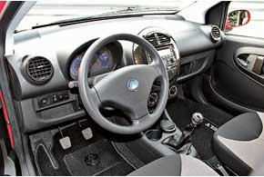 В салоне Geely LC и LC-Cross используются оригинальные дизайнерские решения, например, круглая центральная консоль, перчаточный ящик со сдвижной шторкой, отделка под карбон.