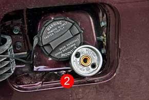 Металлический корпус ниши горловины бензобака позволил разместить газовый вентиль (1) здесь же, хотя и с накручиваемой удлиняющей насадкой (2).