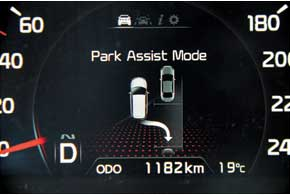 Sorento обзавелся функцией автоматической парковки. Но если вы сами предпочитаете крутить руль, ее датчики могут помочь выбрать место настоянке.