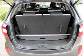 При использовании Kia Sorento в 7-местном варианте шторку багажника можно закрепить в специальных пазах.