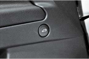 Багажник открывается кнопкой всалоне или на ключе.