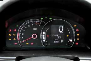 Цифровой спидометр установлен во всех комплектациях. Под указателем скорости выводится информация со штатного маршрутного компьютера.