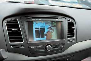 Версия Deluxe позволяет посмотреть видео на DVD или VCD с помощью встроенного проигрывателя. На этот же экран выводится картинка с камеры заднего вида.