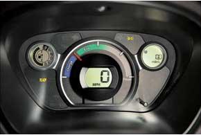 Традиционнно нащитке приборов есть индикатор запаса источника энергии. Вслучае с i-MiEV это остаток энергии АКБ.