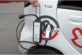 Для зарядки от бытовой сети i-MiEV укомплектован преобразователем напряжения со стандартизированными вилками розеток.