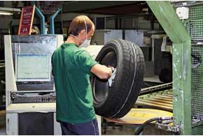 Человек-контролер проверяет покрышку на соответствие десяткам параметров. После этого каждую шину «гоняют» на барабане, где она контролируется компьютером. Контроль отсекает примерно 1%выпущенной продукции.