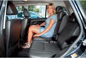 На задних сиденьях в обеих моделях одинаково удобно смогут разместиться трое взрослых пассажиров высокого роста: места достаточнои для коленей, и над головой.