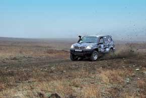 Завсегдатай подиума экипаж Владимир Коробский/Вячеслав Пономаренко надакаровской Toyota LC 120 Prado традиционно показывает стабильную езду.
