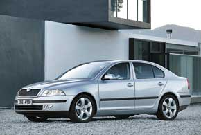 В 2004 году дебютировало второе поколение модели, аспустя 4года автомобиль подвергся рестайлингу.