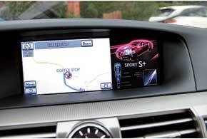 Крупный 12,3-дюймовый дисплей мультимедийной системы показывает дотрех информационных блоков одновременно.