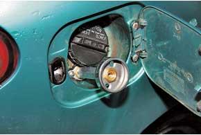 Металлическое обрамление горловины бензобака упростило установку заправочного вентиля в удобном и закрываемом месте.