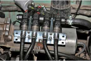 Газовые форсунки Barracuda удобно закреплены нарейке, которую установили надцентральным впускным патрубком.
