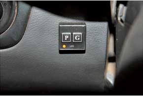 Кнопку включения разместили слева от руля так, чтобы обеспечивалась хорошая видимость ее индикаторов.