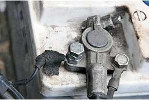 Необходимо проверить клеммные соединения, состояние щеток и коллекторных колец. Чаще всего утечки тока происходят в сырую погоду из-за того, что влага или вода нарушают диэлектрические свойства изоляции.