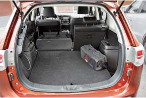 Багажник увеличился с 774 до 872 л. Все 2,4-литровые версии оборудованы органайзером под полом. Дверь поднимется не очень высоко, и есть риск набить шишки. Из отсека исчезли пластиковые полозья, по которым было удобно задвигать поклажу вглубь.