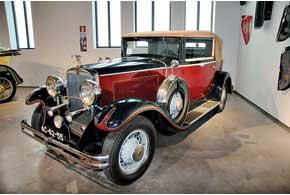 Американский Nash Ambassador с4,8-литровым 8-цилиндровым мотором икузовом купе-кабриолет.