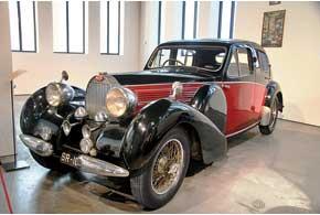 Роскошный Bugatti 57 Galibier 1936 г. создан сыном Этторе Бугатти Жаном. Автомобиль оснащен 3,3-литровой «шестеркой».