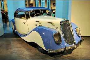 Водитель купе Panhard-Levassor Dinamique сидел по центру трехместного переднего дивана.