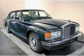 Rolls-Royce Silver Spirit I богато украшен кристаллами Swarovski, ана задних стойках появились декоративные фиксаторы привода крыши.