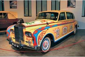 Rolls-Royce Phantom V Flower Power, расписанный аналогично машине, принадлежавшей Джону Леннону.