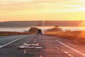 К въезду в полосу тумана важно приготовиться заблаговременно: снизить скорость и включить фары.