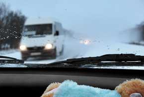 Отвлекаясь при разъезде на встречные автомобили, важно не пропустить транспорт, идущий впереди повашей полосе более медленно.