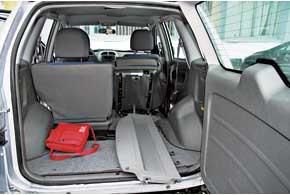 Китайцы скрупулезно замерили Toyota RAV4, в результате чего объем багажников этих авто получился одинаковым – 400/1365л. Для увеличения грузового отсека у обеих моделей задние сиденья можно сдвинуть ближе к передним или вовсе убрать из салона.