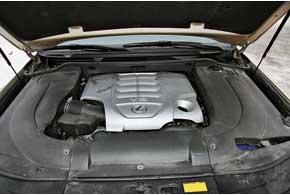 В таком плотно упакованном моторном отсеке найти элементы газобаллонного оборудования непросто – все спрятано подпластиковыми экранами и в глубине отсека под «развалами» V-образного мотора.