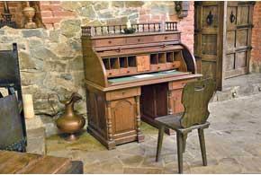 Мебель в Радомышльском замке – «еще техвремен» илиже стилизованная подстарину.