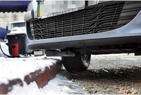 Клиренс в 160 мм позволяет не только уверенно взбираться на бровки, но и штурмовать снежные сугробы на парковках.
