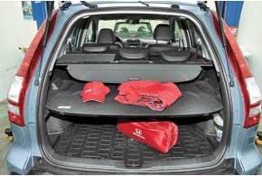 В «походном» состоянии объем багажника – один из наименьших среди конкурентов – 442 л (у Mitsubishi Outlander  – 774 л, уToyota RAV4  – 500 л). Но если сдвинуть задние сиденья вперед на 15 см,  он увеличивается до 556 л.