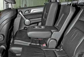 Подушки задних сидений разделены впропорции 40:60 и двигаются на салазках назад/вперед на 15 см, а спинки разделены иначе – 40:20:40. Угол их наклона меняется в широком диапазоне. Удобству среднего пассажира способствует ровный пол.
