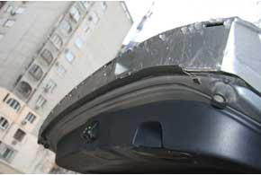 На некоторых версиях нет водоотводящего уплотнителя накромке крышки багажника, из-за чего при ее открывании вода во время дождя капает наспину. Эта резинка  есть на всех авто с 2010 г.