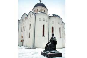 Рядом сБорисоглебским собором установлен памятник князю Игорю.