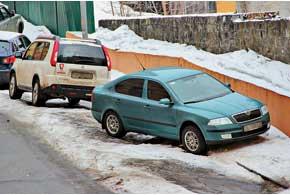 Глубокие колеи, высокие снежные брустверы иобледеневшие спуски напарковках и в гаражных кооперативах стали серьезным препятствием для многих автовладельцев.