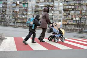 В новой редакции ПДД прописано,  что временная разметка должна быть оранжевого цвета, а красно-белая применяется для нанесения «зебры» нааварийно-опасных нерегулируемых пешеходных переходах.