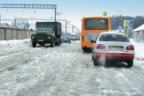 Ледяные лунки или расположенные поперечно к направлению движения авто ледяные валы – настоящая ловушка для машины.