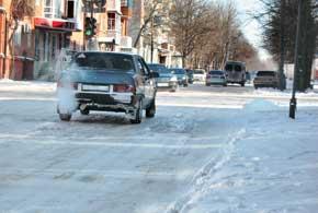 Нагромождение наледей на дороге порой представляет большую опасность, так как они препятствуют маневрированию авто.