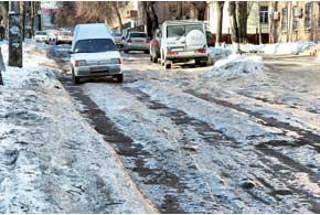 Дорога с неубранным снегом со временем превращается в колею, которая, в свою очередь, может быть ледяной.