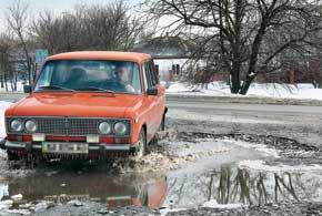 Зимние лужи на наших дорогах почти наверняка скрывают неприятности – как минимум, ямы.