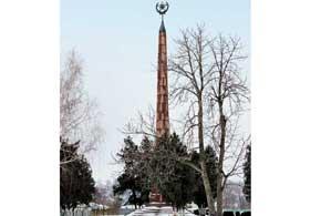 В 1919 году здесь шли ожесточенные бои за власть Советов. Обелиск погибшим большевикам.